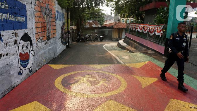 Jalur Khusus pejalan kaki di Jalan Teladan, Cipete, Jakarta, Rabu (6/11/2019). Adanya jalur tersebut diharapkan dapat menertibkan lalu lintas jalan dan meningkatkan rasa kenyamanan pejalan kaki serta mendorong warga menggunakan trasnportasi umum. (Liputan6.com/Johan Tallo)