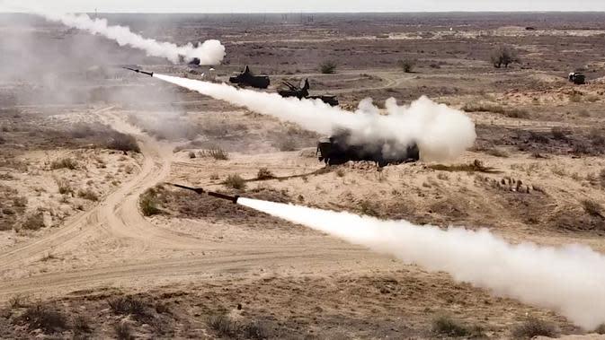 Peluncuran roket dari sistem rudal di pangkalan militer Ashuluk, Rusia, 22 September 2020. Belarusia, Armenia, China, Pakistan, dan Myanmar akan ambil bagian dalam latihan tersebut. (Russian Defense Ministry Press Service via AP)