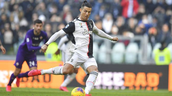 Striker Juventus, Cristiano Ronaldo, melepaskan tendangan ke gawang Fiorentina pada laga Serie A di Stadion Allianz, Minggu (2/2/2020). Juventus menang 3-0 atas Fiorentina. (AP/Fabio Ferrari)