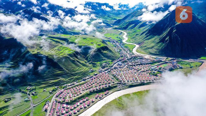 Foto dari udara pada 14 Juni 2020 memperlihatkan aliran Sungai Gaqu yang melewati area relokasi di Kota Chido di Wilayah Dengqen di Qamdo, Daerah Otonom Tibet, China. (Xinhua/Tian Jinwen)