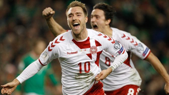 Pemain Denmark, Christian Eriksen berselebrasi usai mencetak gol ke gawang Republik Irlandia pada partai kedua play-off zona Eropa di Stadion Aviva, Rabu (15/11). Eriksen berhasil mencetak hat-trick sekaligus membawa Denmark menang 5-1 (AP/Peter Morrison)