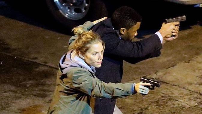 Chadwick Boseman dan Sienna Miller dalam 21 Bridges. (Foto: Dok. IMDb/ STX Films)