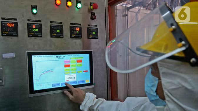 Petugas mengoperasikan mesin incinerator saat proses pembakaran limbah medis di RSCM Jakarta, Jumat (26/6/2020). Volume limbah medis infeksius di seluruh Indonesia hingga 8 Juni 2020 mencapai lebih dari 1.100 ton. (Liputan6.com/Herman Zakharia)