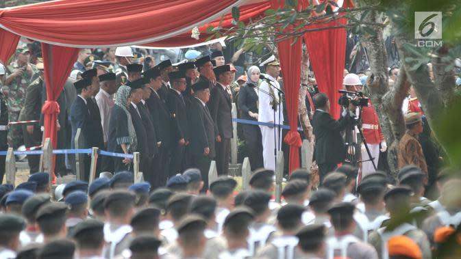 Presiden Joko Widodo didampingi Wapres Jusuf Kalla memimpin upacara pemakaman Presiden ke-3 RI Bacharuddin Jusuf Habibie di TMP Kalibata, Jakarta, Kamis (12/9/2019). Habibie wafat pada Rabu (11/9/2019) dalam usia 83 tahun saat menjalani perawatan di RSPAD Gatot Soebroto. (merdeka.com/Iqbal S. Nugroh