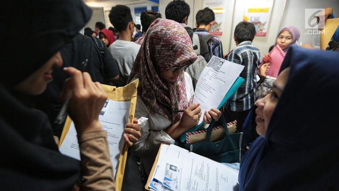 Pencari kerja menyiapkan dokumen saat Job Fair di Istora GBK, Jakarta, Rabu (19/9). Job Fair bertajuk Jakarta spektakuler