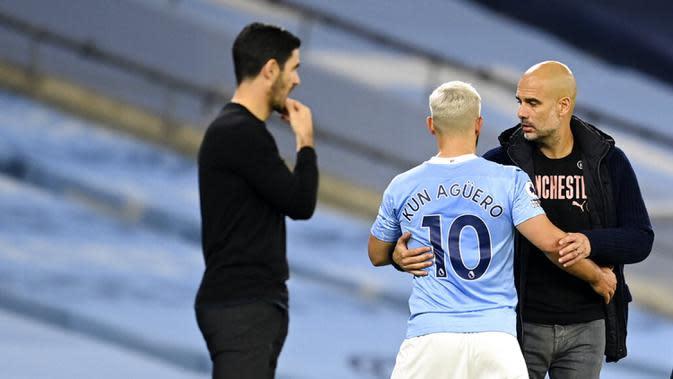 Pemain Manchester City Sergio Aguero (tengah) berbicara dengan pelatih Manchester City Pep Guardiola usai diganti saat menghadapi Arsenal pada pertandingan Liga Premier Inggris di Etihad Stadium, Manchester, Inggris, Sabtu (17/10/2020). Manchester City menang 1-0. (Michael Regan/Pool via AP)