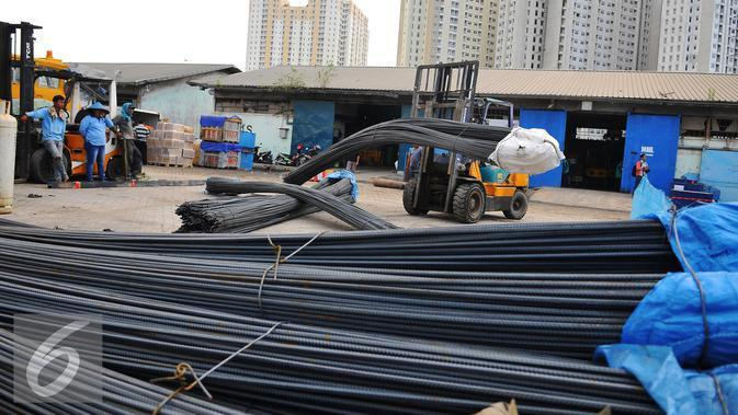 Tumpukan baja dikumpulkan untuk di kirim melalui Pelabuhan Sunda Kelapa, Jakarta. Di Indonesia peluang pengembangan industri dan konstruksi baja nasional masih terbuka lebar. (Liputan6.com/Angga Yuniar)