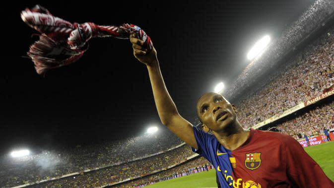 Samuel Eto'o saat membela Barcelona. (AFP/Lluis Gene)