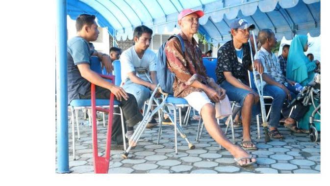 Dinas Sosial Kota Aceh membagikan bantuan kaki palsu untuk para penyandang disabilitas. (Merdeka.com)