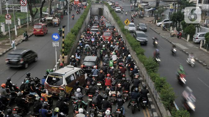 Kendaraan terjebak kemacetan saat melintasi Underpass Pasar Minggu, Jakarta, Kamis (12/3/2020). Selain imbas dari pembangunan Flyover Poltangan, banyaknya pengendara sepeda motor yang melawan arah menyebabkan kemacetan di kawasan tersebut semakin parah. (merdeka.com/Iqbal Nugroho)