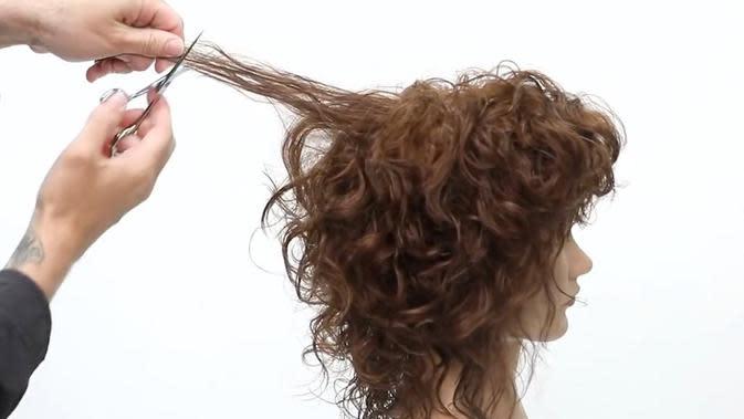 ilustrasi cara memotong rambut keriting/pexels