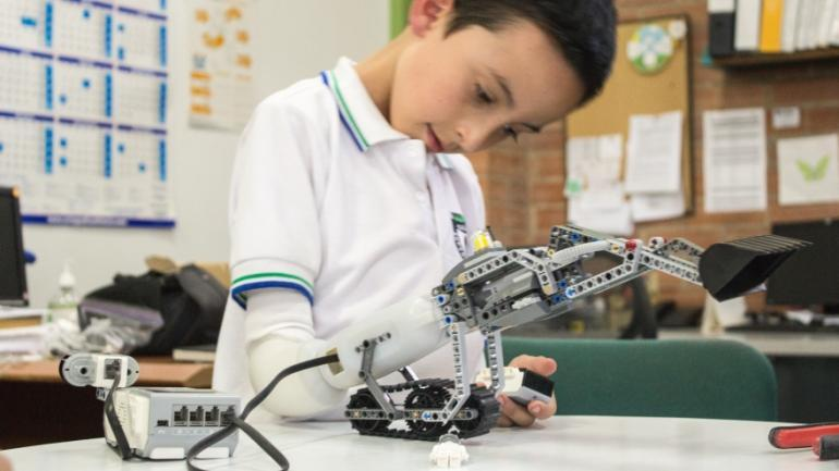 Lego-compatible prosthetic arm lets kids build their own hand