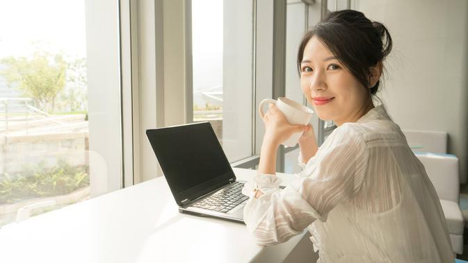Perempuan bekerja./Copyright shutterstock.com/g/baoyan