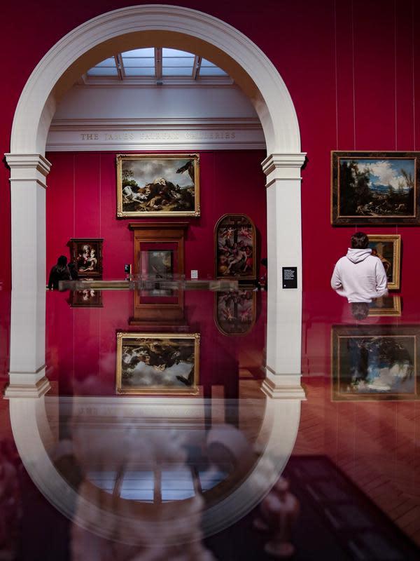 Sejumlah orang mengunjungi Galeri Seni New South Wales di Sydney, Australia (5/6/2020). Galeri Seni New South Wales dibuka kembali untuk umum setelah Sydney melonggarkan sejumlah kebijakan terkait pandemi COVID-19. (Xinhua/Bai Xuefei)