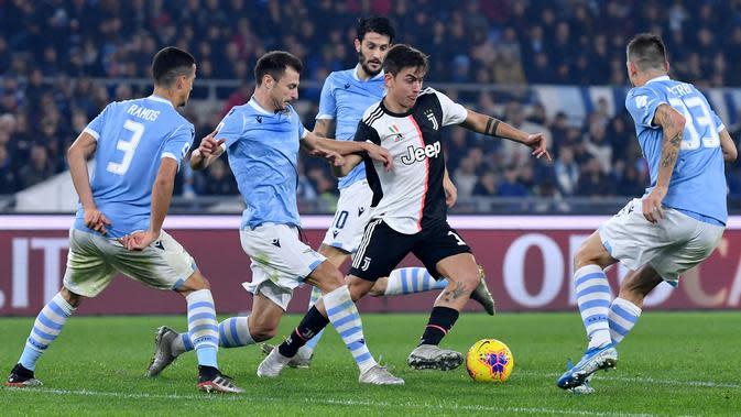 Striker Juventus Paulo Dybala dikepung pemain Lazio pada laga Serie A di Stadio Olimpico, Sabtu (7/12/2019) atau Minggu dini hari WIB. (Alberto Pizzoli)