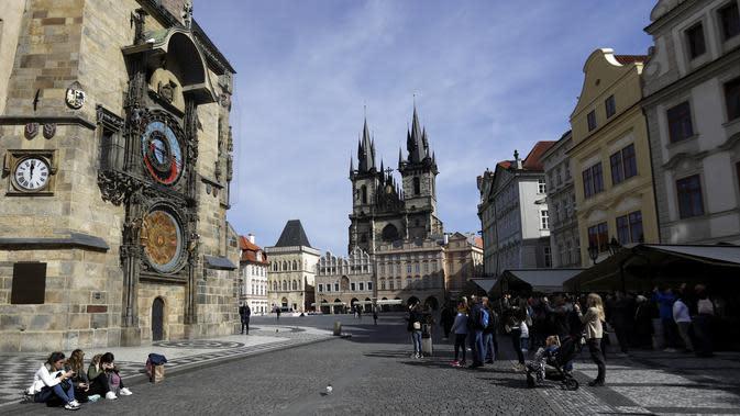 Sejumlah orang menonton Jam Astronomi di Alun-Alun Kota Tua,Praha, Republik Ceko, Senin (16/3/2020). Pembatasan yang dilakukan pemerintah Ceko terhadap seluruh warganya untuk mengendalikan virus corona COVID-19 berlaku hingga 24 Maret 2020. (AP Photo/Petr David Josek)