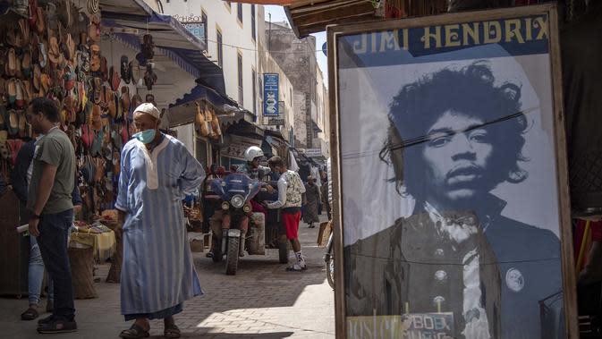 Sebuah poster gitaris AS Jimi Hendrix terlihat di kota pesisir Maroko Essaouira pada 10 September 2020. Tidak ada lagu atau foto yang dirilis dari perjalanan sang ikon di Diabat, tetapi mitos yang tak terhitung jumlahnya seakan menjadi cerita rakyat di sana. (AFP/Fadel Senna)