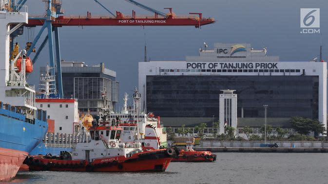Suasana Pelabuhan Tanjung Priok, Jakarta Utara, Selasa (12/2). PT Pelindo II mulai menerapkan pelayanan aplikasi MOS sehingga berhasil menekan biaya dan waktu operasional menjadi lebih cepat hemat dan mudah. (Liputan6.com/Johan Tallo)
