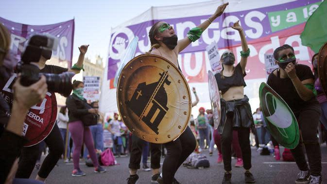 Aktivis hak-hak aborsi bergabung dalam pawai Hari Dekriminalisasi Aborsi di Amerika Latin dan Karibia di depan Kongres Nasional, Buenos Aires, Argentina, Senin (28/9/2020). (AP Photo/Victor R. Caivano)