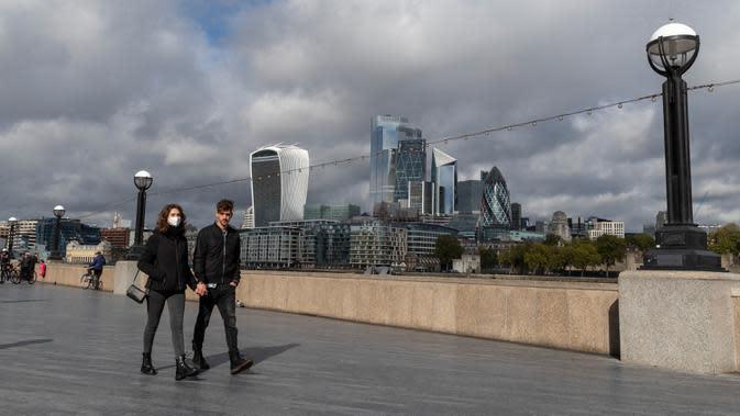 Orang-orang berjalan di tepi Sungai Thames di London, Inggris, pada 6 Oktober 2020. Inggris melaporkan 14.542 kasus terkonfirmasi baru COVID-19, menambah total infeksi di negara itu menjadi 530.113, menurut data resmi yang dirilis pada Selasa (6/10). (Xinhua/Han Yan)