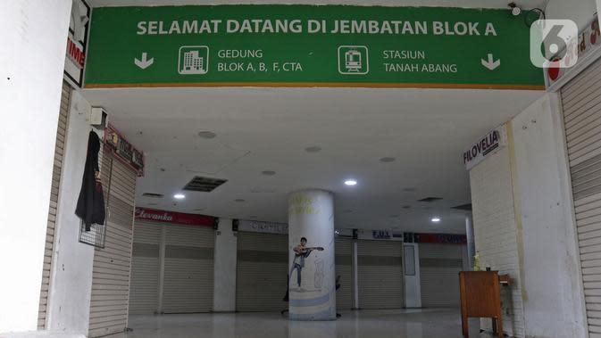 Suasana Pasar Tanah Abang yang tutup di Jakarta, Jumat (27/3/2020). Sebagai upaya pencegahan penularan virus Corona COVID-19, Perumda Pasar Jaya menutup sementara aktivitas perdagangan di Pasar Tanah Abang Blok A, B dan F terhitung 27 Maret hingga 5 April 2020. (Liputan6.com/Herman Zakharia)