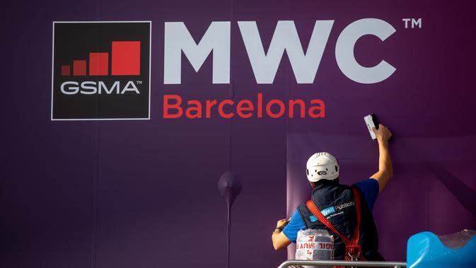 Pekerja memperbaiki poster yang mengumumkan Mobile World Congress (MWC) 2020 di lokasi pameran di Barcelona, Spanyol, Selasa (11/2/2020). Perusahaan teknologi yang mundur dari MWC 2020 di antaranya Facebook, Intel, Ericsson, AT&T, Sprint, Sony, Mediatek, Vivo, dan LG. (AP Photo/Emilio Morenatti)