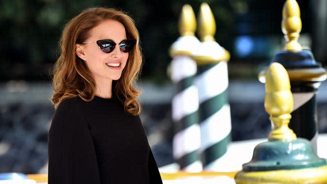 Aktris Natalie Portman tersenyum saat tiba di dermaga Excelsior Hotel selama Festival Film Venice ke-75 di Venice Lido, Italia, (4/9). Natalie Portman tampil cantik menggenakan dress hitam. (AFP Photo/Alberto Pizzoli)