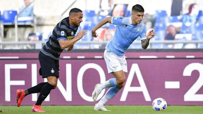 Bek Inter Milan, Danilo D'Ambrosio, berebut bola dengan pemain Lazio, Joaquin Correa, pada laga Liga Italia di Stadion Olimpico, Roma, Minggu (4/10/2020). Kedua tim bermain imbang 1-1. (Fabrizio Corradetti/LaPresse via AP)
