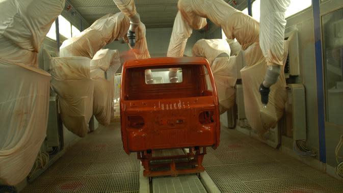 Proses pengecatan di pabrik Mahindra Vehicle Manufacturers Ltd, Chakan, India (Mahindra)