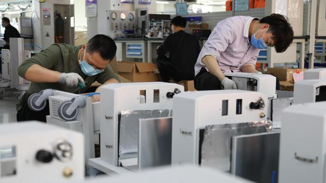 Para karyawan merakit ventilator di pabrik Beijing Aeonmed Co., LTD., sebuah perusahaan perlengkapan medis yang memproduksi peralatan anestesi dan pernapasan, di Kota Yanjiao, Provinsi Hebei, China utara, (25/3/2020). (Xinhua/Xia Zilin)