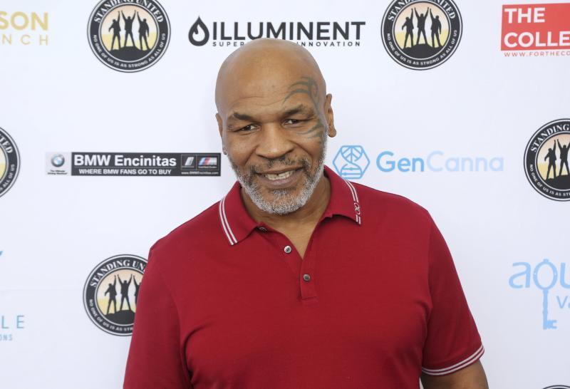 Mantan juara dunia tinju Mike Tyson menggebrak MMA