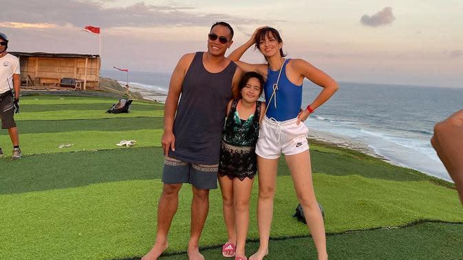 Dalam potret yang dibagikan suaminya, terlihat Nia, Ardie dan putrinya Mikhayla Zalindra Bakrie mencoba olahraga ekstrem yang memacu adrenalin yaitu paralayang. (Instagram/ardibakrie)