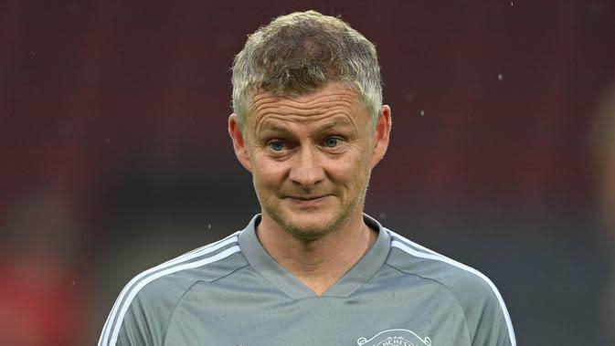 Pelatih Manchester United, Ole Gunnar Solskjaer, saat memimpin sesi latihan jelang laga Liga Europa di Stadion Rhein Energie, Cologne, Minggu (9/8/2020). Manchester United akan berhadapan dengan Copenhagen. (AFP/Sascha Steinbach)