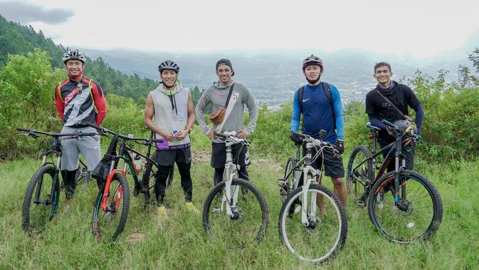 Arif Suyono, Ahmad Bustomi, Beny Wahyudi, Dendi Santoso dan hendro Siswanto saat bersepeda bersama. (Istimewa)