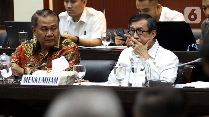 Menkum HAM Yasonna Laoly mengikuti (kanan) Rapat Kerja dengan Badan Legislasi DPR di Senayan, Jakarta, Rabu (4/12/201). Rapat membahas sejumlah rancangan undang-undang (RUU) yang menjadi program legislasi nasional (prolegnas) 2019-2024 maupun RUU prolegnas prioritas 2020. (Liputan6.com/Johan Tallo)