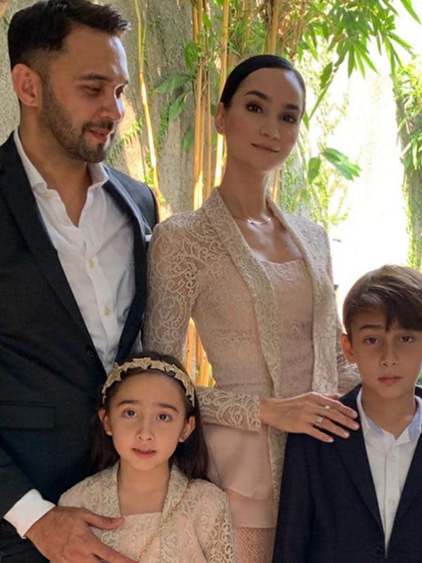 Teuku Zacky juga berhasil menaklukkan wanita bule bernama Ilmira Usmanova. Bahtera rumah tangga mereka langgeng hingga sekarang dan memiliki anak yang ganteng dan cantik. (Liputan6.com/IG/teukuzacky)