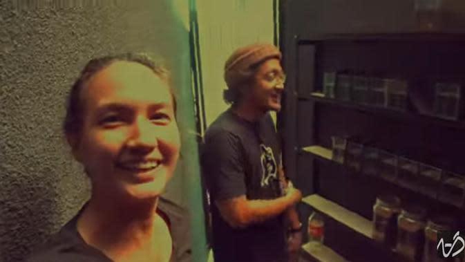 Pasangan Selebriti Nadine Chandrawinata dan Dimas Anggara juga memiliki banyak ikan cupang. Bahkan, dalam vlognya, baru bangun tidur, Nadine langsung melihat ikan yang belakangan menjadi trend ini. (Youtube/Langkah ND)