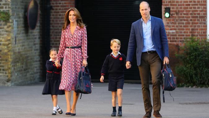 Kate Middleton mengantar Putri Charlotte ke sekolah Thomas's Battersea. (dok. foto Aaron Chown / POOL / AFP)