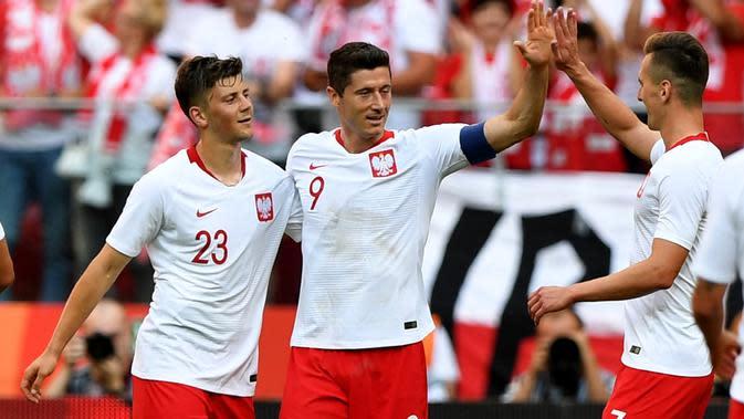 Para pemain Polandia merayakan gol Robert Lewandowski saat melawan Lituania pada laga uji coba di Stadion Narodowy, Warsaw, Polandia, (12/6/2018). Polandia menang 4-0. (AFP/Janek Skarzynski)