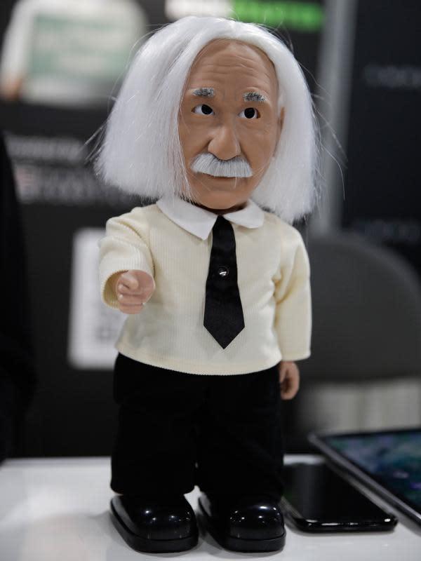 Robot berwajah Profesor Albert Einstein dipamerkan di Consumer Electronic Show (CES) 2017 di Las Vegas, Nevada, AS (5/1). Robot ini memeliki tinggi 14 inci dan memiliki kulit lembut. (AP Photo/Jae C. Hong)