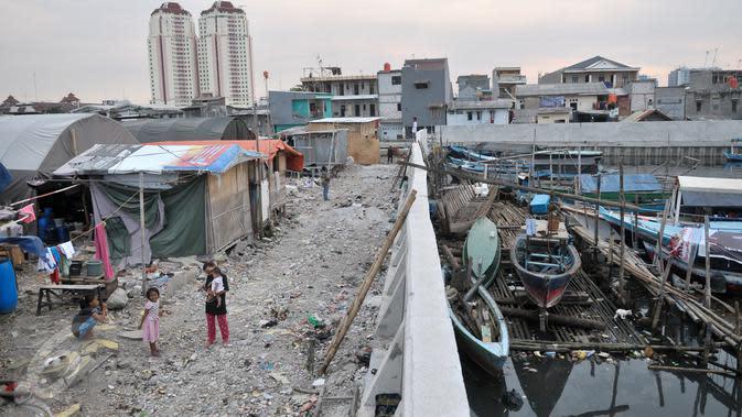 Sejumlah anak korban penggusuran yang masih bertahan di atas puing bangunan Kampung Akuarium, Jakarta, Kamis (16/3). Di sana, mereka membangun rumah bedeng sembari merancang konsep kampung susun sesuai kebutuhan mereka. (Liputan6.com/Yoppy Renato)