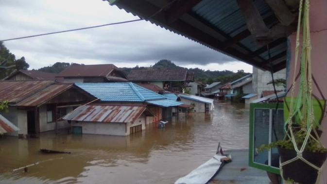 Banjir kembali terjadi dan kali ini merendam 1.469 rumah di Kecamatan Sokan, Kabupaten Melawi, Kalimantan Barat, Minggu (13/9/2020). (Badan Nasional Penanggulangan Bencana/BNPB)