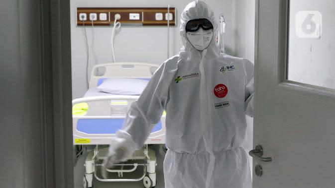 Tim dokter menutup ruang ICU RS Pertamina Jaya, Jakarta, Senin (6/4/2020). Secara keseluruhan RSPJ memiliki kapasitas 160 tempat tidur dengan 65 kamar isolasi dengan negative pressure untuk merawat pasien yang positif Corona. (Liputan6.com/Helmi Fithriansyah)