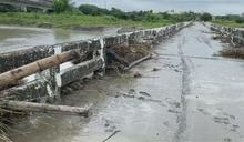 二仁溪暴漲 溪水淹沒中路橋面滿地泥濘
