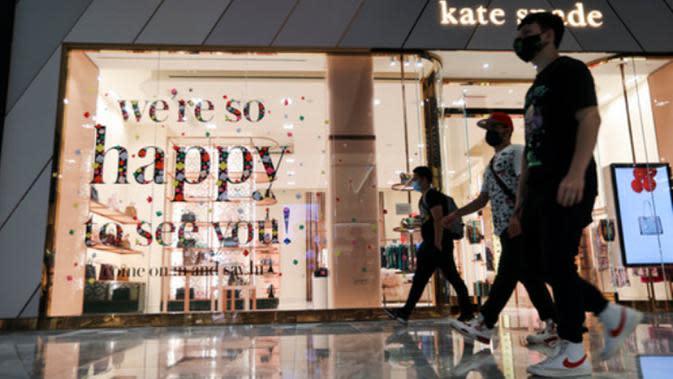 Pengunjung melewati gerai di pusat perbelanjaan Hudson Yards, New York City, Amerika Serikat, 9 September 2020. Pusat perbelanjaan di New York City diizinkan kembali buka dengan kapasitas 50 persen, setelah ditutup beberapa bulan sejak New York memberlakukan karantina wilayah. (Xinhua/Wang Ying)