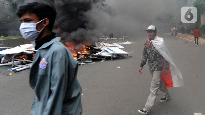 Massa membakar sejumlah barang di Jalan MH. Thamrin, Jakarta, Kamis (8/10/2020). Aksi anarkis massa dilakukan setelah bentrok dengan petugas kepolisian di kawasan Patung Kuda, Jakarta.(merdeka.com/Arie Basuki)
