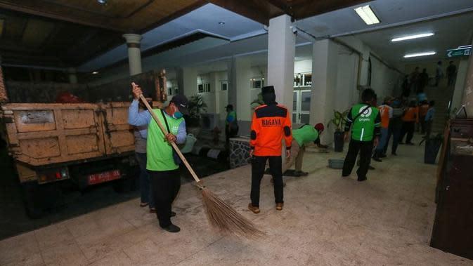 Warga Jogja Bersih-bersih Bekas Demo di Malioboro (Sumber: Twitter/@YogyakartaCity)