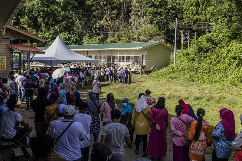 Voters wearing protective masks queue up to cast their votes during the Sabah state election in SK Pulau Gaya September 26, 2020. — Picture by Firdaus Latif