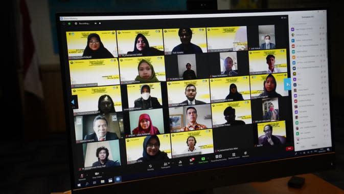Kegiatan ini dilakukan secara daring melalui aplikasi zoom dengan mengusung tema Achieve It and Growing Stronger yang dipadu oleh Dianissa Scheherazade (Putri Indonesia Digital & Social Media 2020).