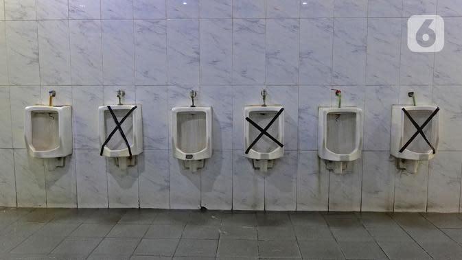 Suasana toilet di rest area KM 62 tol Jakarta Cikampek, Jawa Barat, Kamis (28/5/2020). Larangan mudik Idul Fitri 1441 H dan ketatnya keluar masuk kendaraan di sejumlah daerah berimbas pada penurunan pendapatan para penjual di rest area tersebut. (Liputan6.com/Herman Zakharia)